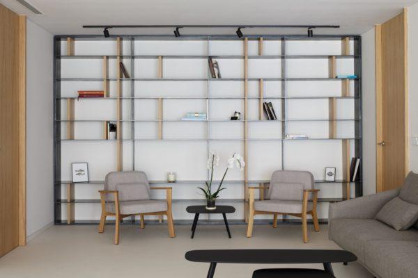 interiorismo-loft-alicante-libreria-de-acero-y-madera